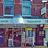 F1844 <br /> Van der Lans tabakshop aan de Hoofdstraat te Sassenheim vóór de verbouwing in 2001. De winkel is in die tijd tijdelijk verhuisd naar een noodgebouw op het terrein van Het Onderdak. Rechts de drogisterij van Hauwert, nu(2016) Vita Cura. Foto: 2000.