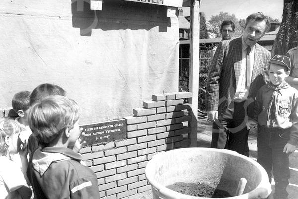 F4136 <br /> Eerste steenlegging door pastoor Velthuyse op 9 mei 1987.