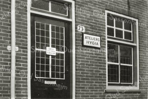 F2869<br /> Hygia Confectiebedrijf, Menneweg 73. Dit is de ingang van het kantoor van de directeuren Fons en Lou Ter Meer. De Hygia is van 1943 tot 1977 achter dit kantoor in bedrijf geweest. Zie ook Aschpotter nr. 33 van nov. 2013 voor een uitgebreid verslag.