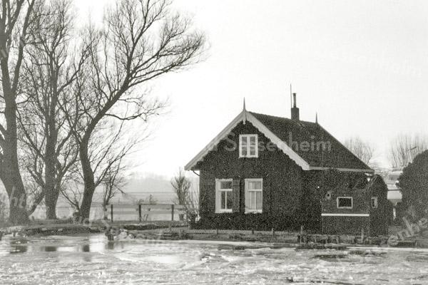 F0937b <br /> Het huis van pontjesbaas C.L. Enzler aan het eind van de 3e Poellaan aan de Ringvaart, gezien vanaf de Ringvaart. Hij heeft daar tot 1995 gewoond.  Op deze plaats staat nu een nieuwe woning. Foto: 1996.