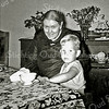 F2692<br /> Mevr. C. de Groot-Alkemade. Zij was getrouwd met Gijs de Groot, de koster van de St. Pancratiuskerk met haar oudste achterkleinzoon Hans Schrama. Foto: ca. 1958.