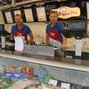F2862 <br /> De gebroeders Van der Plas met hun viskraam op de markt in het centrum van Sassenheim. Foto: 2012.