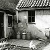 F0616 <br /> Binnenplaats van de boerderij van Jan van der Geest in de Hellegatspolder, gezien vanaf de noordzijde. De boerderij is in 1967 gesloopt en vervangen door een nieuwe, bewoond door de fam. Remmerswaal,  die oorspronkelijk uit Noordwijk kwam.