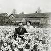 F3132<br /> Jacobus van der Geest en mevr. Van der Geest-Beijk in het bollenland van Van der Voort tussen de Hoekstraat en Bijdorpstraat. Op de achtergrond staan de huizen van de Bijdorpstraat. Foto: ca 1945