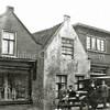 F2806<br /> De Hoofdstraat nabij de Teijlingerlaan. Links het pand van Noordermeer, dan het pand van slager van de Berg. De persoon rechts is dhr. W. Noordermeer. De T-Ford is van 1927.