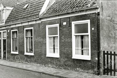 F0005 <br /> Twee huizen aan de Kerklaan (rechts, gezien vanaf de Hoofdstraat) met de nummers 26 en 28. In huis nr. 28 heeft vóór 1938 de fam. Oudshoorn (ouders van Koos Oudshoorn, de kruidenier) gewoond. Daarna bewoonde de fam. Hogewoning het pand tot 1974. In het laatste jaar voor de afbraak woonde Gerrit de Bruijn in dit huis. In het rechterpand, nr. 26 woonde de fam. Kuyt, daarna de fam. van Duyn. De bordjes 'onbewoonbaar verklaard' staan er al op. Gesloopt in 1975.  Foto ca. 1974-1975.