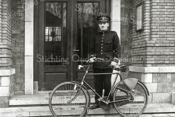 F0523 <br /> Wachtmeester H.G.A. van der Laan. Een foto uit de beginjaren '30, genomen voor het toen nog nieuwe gemeentehuis aan de Wilhelminalaan. Het politiekorps bestond uit opperwachtmeester Geerts, wachtmeester Elst, wachtmeester Meere en wachtmeester Van der Laan. Foto: ca. 1930.