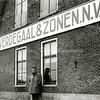 F2769<br /> De bollenschuur van H. Verdegaal & zonen N.V. aan de Hoofdstraat waar nu het sportpark Roodemolenpolder is. Foto: 1953.