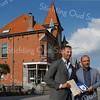F3649<br /> De uitreiking van de Oud Sassenheim Restauratieprijs 2014 op 12 september 2014 aan Peter van Biezen (Heemborgh Makelaars) voor de restauratie van het pand Hoofdstraat 271-273.<br /> Links staat wethouder Bas Brekelmans en rechts Peter van Biezen.