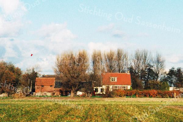 F0189 <br /> De boerderij van Willem van Rijn, gezien vanaf de Teijlingerlaan. Foto: 1996.