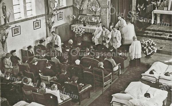G3068<br /> Handoplegging, het ziekentriduum met pater Eken met Allerheiligen. Foto: 1949