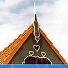 F4348a<br /> Een dakversiering, een zgn. makelaar, op het dak van een woning aan de Rijksstraatweg 75. Foto: 2002.