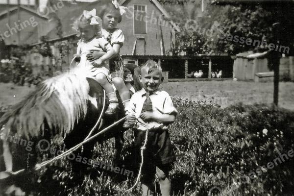 F2935<br /> Piet, Ankie en Mieke Langeveld met ponny Liesbeth.