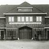 F0879 <br /> Bedrijfspand van de Sassenheimsche Motorreederij N.V. Wesseling, geflankeerd door twee woonhuizen aan de Molenstraat. De foto is genomen kort na de ingebruikname in 1934.