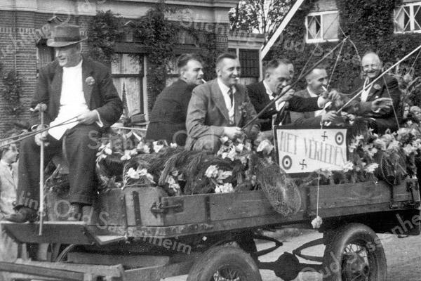 F1094 <br /> Grote bevrijdingsoptocht op 31-8-1945, georganiseerd door de Oranjevereniging. V.l.n.r.: Van der Meij (op de bok); Jaap Hulsbosch; Jan van Hage; Gerard Scholten; Gé van der Vliet (nauwelijks zichtbaar), Piet Couvée en Aad Couvée sr., allen slagers uit Sassenheim.