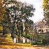 F1836 <br /> De Kagersingel, gezien vanaf de Kagertuinen. Op de voorgrond een van de twee bogen die samen een kunstwerk van Kees Bierman vormen. De bogen zijn begroeid met beukenhaag en symboliseren de toegang tot de wijk. Ook verbinden ze de waterpartijen aan weerszijden van de straat. Foto: 1999.