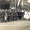 F3795<br /> Het feest op 2 september 1923 ter gelegenheid van het 25-jarig regeringsjubileum van koning Wilhelmina. <br /> Mevr. Le Clercq (koningin) zit in de koets naar C. van Zonneveld (haar gemaal). De drie hofdames (met sjerp) zijn Nel van Zonneveld, Coba Oudshoorn en Cathrien van Ginhoven. Zie ook pag. 55 van 'Kent u ze nog…de Sassenheimers'