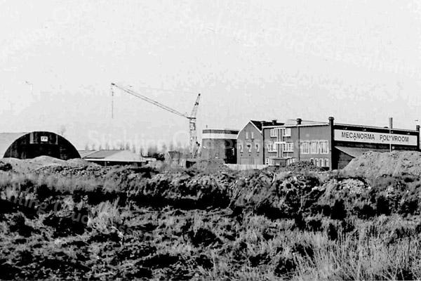 F3509<br /> Het kantoor en de bollenschuur van de fa. Speelman aan de Hoofdstraat. Later is dit overgegaan naar Mecanorma Polyvroom, een firma in o.a. wrijfletters. Op de voorgrond de aanleg van de Koetsiersweg in 1985.  Links van de bollenschuur staat de molenstomp.