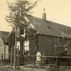 F0787 <br /> Het boerderijtje annex bollenhuis uit 1898 van Chris van der Voort op de hoek Menneweg/Rusthofflaan. De woning en de stal werden door J.P. Oudshoorn gerenoveerd. Het pand werd in 1966 gesloopt voor de bouw van een nieuw politiebureau, dat nu (2016) in gebruik is als kinderdagverblijf. Foto: vóór 1921.<br /> <br /> [Collectie Oudshoorn 086: bollenhuis Van der Voort-Menneweg 51.]