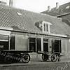 F1055 <br /> Hoofdstraat nr. 209, het oude woonhuis van schilder A. Vogelaar. De foto is gemaakt in 1937. Kort daarop is het pand gesloopt voor nieuwbouw met werkplaats. Rechts de winkel van kruidenier Mathôt.