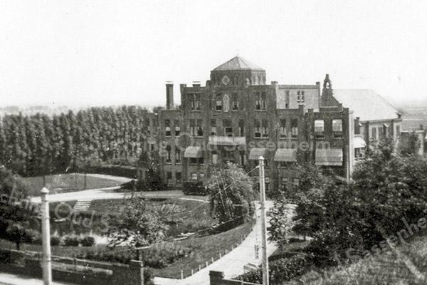 F0996 <br /> Huize St. Bernardus aan de Hoofdstraat. Dit is het oorspronkelijke gebouw, vóórdat de diverse zijvleugels  er later werden aangebouwd. Foto: begin jaren '30.