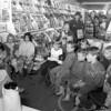 F4104 <br /> Nationale voorleesdag door Corry Slee bij boekhandel Wagner. Foto: 1994
