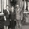 F4586<br /> De heer en mevr. Van Leeuwen met zoon Frans voor hun huis aan de Kerklaan.