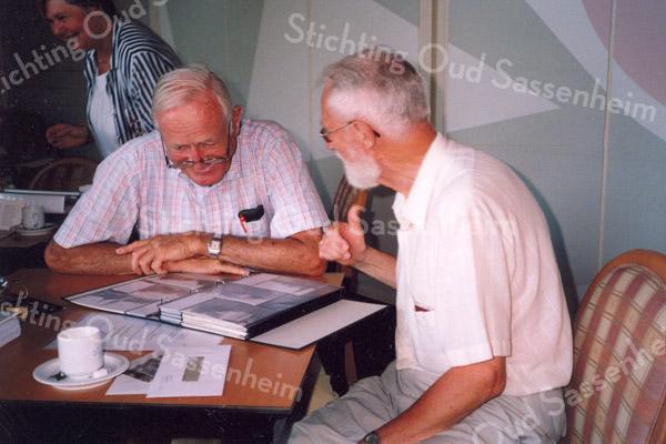 F1229 <br /> Inloopochtend op 6 juli 2006 in De Ankerplaats. Herman Verhoef in gesprek met de voorzitter van de Stichting Oud Sassenheim, Hans Walenkamp. Op de achtergrond Lenie van der Wiel.