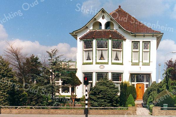 F0313 <br /> De villa Nancy, Hoofdstraat 87 op de hoek van de Koetsiersweg, gebouwd in 1914, naar een ontwerp van de Leidse architect H.J. Jesse Eén van de statige villa's van de grote bloembollenkwekers in deze streek. In 2013 ontving de eigenaar de Oud Sassenheim Restauratieprijs voor het restaureren van dit beeldbepalende pand. Foto: eind jaren '80.