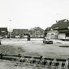 F3665<br /> De achterzijde van de bibliotheek aan de Kerklaan. Links de huizen aan de Kerklaan, die in maart 2002 zijn afgebroken. Daarnaast staat de Aardewerkfabriek Velsen.