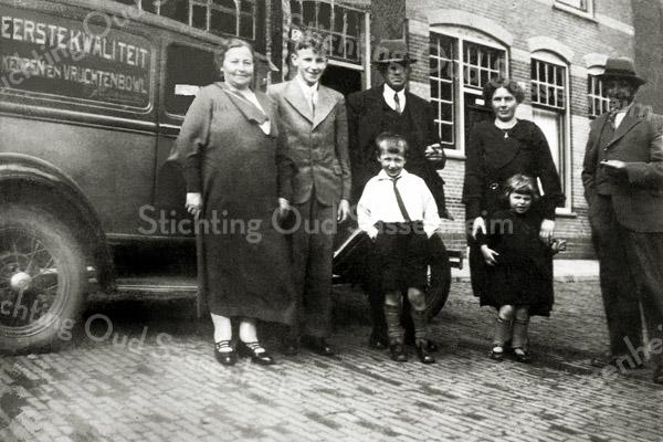 F0486 <br /> De familie Eikelenboom vóór de winkel in de Floris Schoutenstraat (uiterst rechts Jan Eikelenboom).