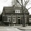 F1811 <br /> Het voormalige huis van de fam. Van Kesteren aan de Hoofdstraat 44 te Sassenheim, later bewoond door zoon Piet van Kesteren. Dhr. Van Kesteren sr. was kantonnier van Rijkswaterstaat en heeft het huis indertijd laten bouwen. Het huis is gesloopt in 2000. Foto: 2000.