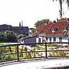 F0309 <br /> Het buurtje Weltevreden aan het eind van de Kastanjelaan, langs de Sassenheimervaart. De laatste huisjes zijn gesloopt in 1971. Op dit terrein staan al vele jaren vier vaste wooncaravans. Het huisje links stond helemaal aan het eind van de Kastanjelaan en sloot de straat als het ware af. Vanaf de Hoofdstraat was dit huisje te zien. Het is bewoond geweest door de schoonzoon van Van Velzen, de kolenhandel, die de eigenaar van de woning was. Achter de huisjes de bollenschuur van B.D. Kapteyn & Zn., later modelmakerij Friedhoff. De bollenschuur werd in 2003 gesloopt. Op de voorgrond de brug in de Concordiastraat.