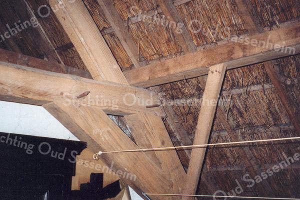 F0899 <br /> De dakconstructie van de boerderij op het landgoed Ter Leede, gepacht door André Oskam. De gepende moerbalken en de afdekking met riet zijn duidelijk te zien. Dit gedeelte lag aanvankelijk boven de stal, maar is nu bij het woongedeelte getrokken. Foto: 1998.