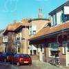 F4238<br /> <br /> Het huis van de fam. J.M. van Amsterdam aan de Charbonlaan (nr.8). Het gaat om het pand met de afwijkende gevel en het platte dak. Foto: 2005