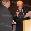 F2749<br /> Piet Langeveld krijgt van Hans Walenkamp, toenmalig voorzitter van de Stichting Oud Sassenheim, de zilveren erepenning en een oorkonde uitgereikt vanwege zijn verdiensten voor de SOS. Foto: 16 november 2011.