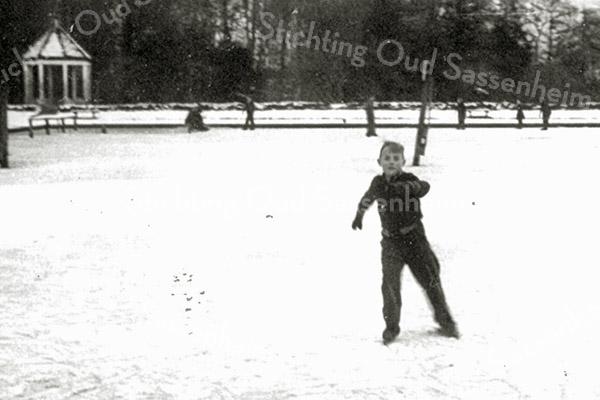 F1403 <br /> Jongetje van Kapteijn op de schaats bij het voormalige zwembad aan het eind van de Willem Warnaarlaan.