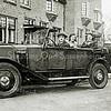 F0208<br /> Deze foto is genomen voor het pand Charbonlaan 17, waar de fam. Overvoorde toen woonde. Later verhuisde de familie naar nummer 15 en kwam de aannemer Arie van Nieuwkoop op nummer 17 wonen.<br /> De auto is een Renault NN, zoals deze tussen 1925 en 1930 gebouwd is. Wie de chauffeur is, is niet bekend. <br /> Achterin zitten Lena Overvoorde-Drop (in het zwart) en dochter Corry (in het wit).