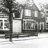 F2832<br /> De zelfbedieningswinkel van Jac. Oudshoorn in de Rusthofflaan nr. 3, nog vóór de uitbreiding in 1957. Rechts de sigarenzaak met woonhuis van Cor Meeuwissen en links de winkel van o.a. Schmidt, Hundersmarck enz. Uiterst rechts het woonhuis van meester M. Driessen.