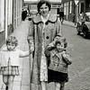 F0906 <br /> Mevr. Van Zoen, wandelend in de Kerklaan met links dochtertje Astrid (ca. 2 jaar) en rechts dochtertje Sylvia (ca. 3 jaar). Op de achtergrond hotel-café-restaurant 't Bruine Paard. Foto: jaren '50.