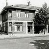 F1298b<br /> Hoek Burchtstraat-Hoofdstraat (noordzijde) rond 1980. Het hoekpand is in 1933 door brand verwoest en daarna geheel nieuw opgebouwd in een afwijkende stijl vergeleken met beide andere panden (nrs. 299-301). In dit nieuwe hoekpand heeft kapper Uphoff gewoond en zijn kapperszaak gehad. Alle drie de panden zijn in 1981 afgebroken.