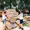 F2593<br /> Sinds het begin van de jaren '70 wordt op het terrein van de ijsbaan aan de Kagerweide in de zomermaanden een meerdaags kinderfestijn gehouden: Kinderstad. Na afloop moet al het hout weer worden opgeruimd. Foto: 2004.