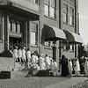 F3688<br /> De ontvangst van een aantal meisjes (communicantjes?) bij de St. Bernardus. Foto: 1954 - 1955
