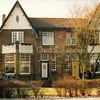 F2884<br /> Teijlingerlaan 19 en 21.Het dubbele pand werd in de jaren '20 gebouwd door aannemer J.P. Oudshoorn. Hij woonde zelf in het rechter huis (nr. 21) en noemde het huis: Our Home. Later woonden er de fam. Brocken en de fam. Thiel. Foto: 1992.
