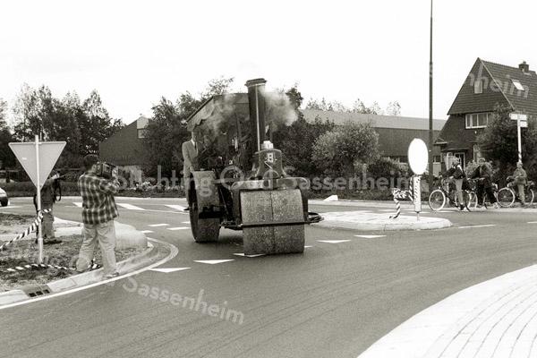 F2355<br /> Officiële opening van de rotonde Rijksstraatweg/Oosthoutlaan door de wethouders mevr. Nia Wagemakers en dhr. Daan IJdo. Zij gaan samen op de oude stoomwals door het lint. Foto: 24 augustus 1997.