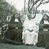 F3885<br /> Achter het St. Annaklooster (nu Vomar). Vlnr: <br /> Rens van der Geest (zr. Elisabethe)<br /> Jo van der Geest (pater Damiaan)<br /> Rie van der Geest ( zr. Johannino)
