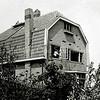 F2999<br /> Dit huis staat bij  de spoorwegovergang bij Sikkens aan de Rijksstraatweg. Het is door beschieting beschadigd. Het pand wordt door de fa. Dijkstra gerepareerd. Foto: ca.1945.