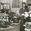 F2263<br /> Harry van Veelen sr. en echtgenote tussen de sigaren en bloemen. Hun sigarenwinkel was op de hoek Zandslootkade/Hein Baderstraat.