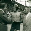 F3077<br /> Arie van Houwelingen tijdens het WK-wielrennen op de baan in 1959. Hij wordt gefeliciteerd met het behalen van het wereldkampioenschap stayeren bij de amateurs in het Olympisch stadion.