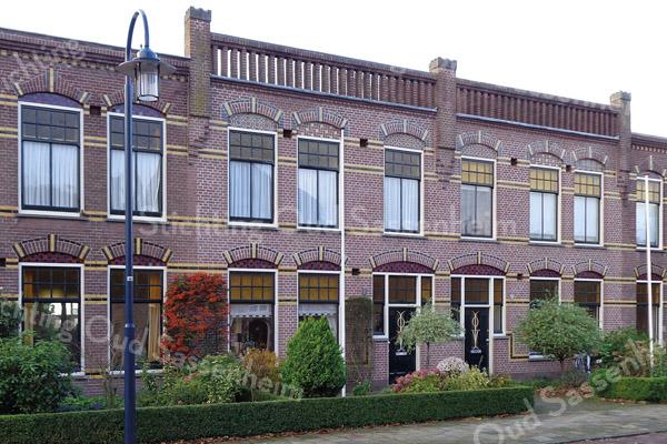 F3927<br /> Een gedeelte van het huizenblok aan Julianalaan 5 t/m 15. Foto: 2014.